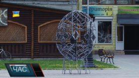 В центрі Тячева встановили величезну ковану писанку